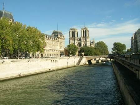 Notre Dame, ao fundo