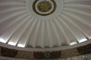 Abóbada do hall principal na entrada da estação Smolenskaya