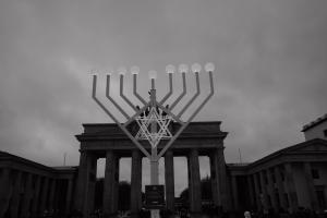 Símbolo da Menorá com Portão de Brandemburgo ao fundo