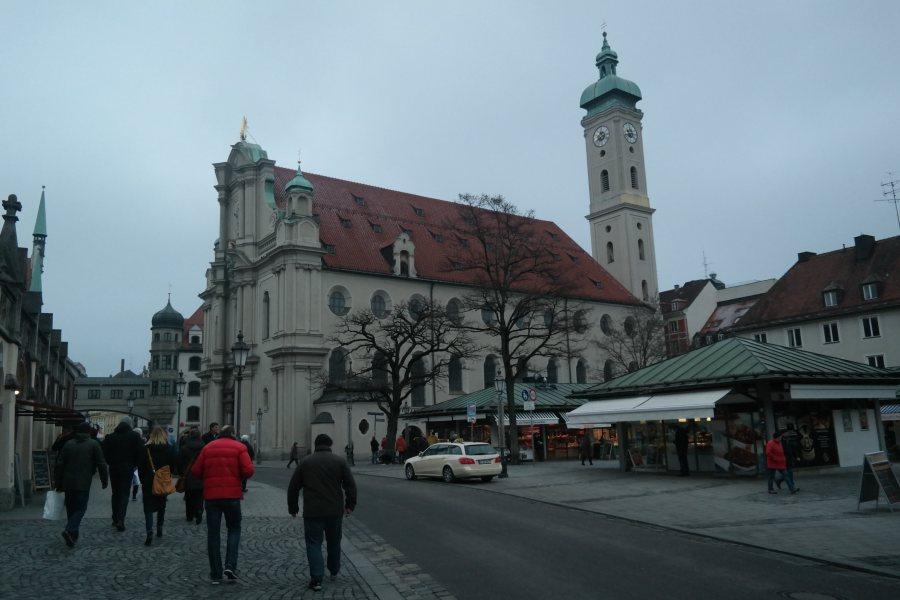 Viktualienmarkt, com uma das inúmeras das igrejas de Munique ao fundo, a Heiliggeistkirche