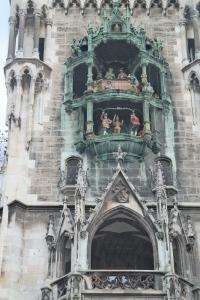 Detalhe da  torre do relógio da Neues Rathaus e o show de bonecos.