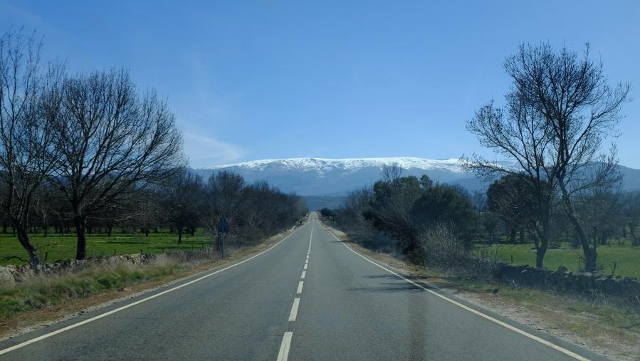 Na estrada, a caminho de Candelario. Ao fundo a Serra e Covatilla.