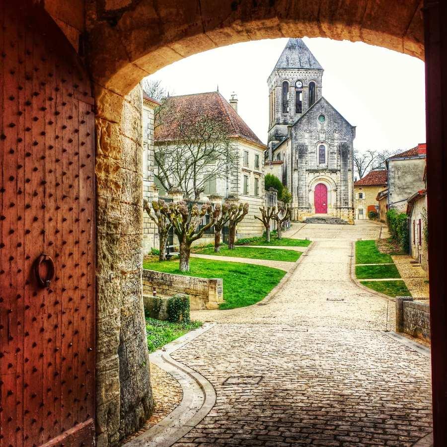Portão do castelo de Bóúrdeilles e vista da cidade