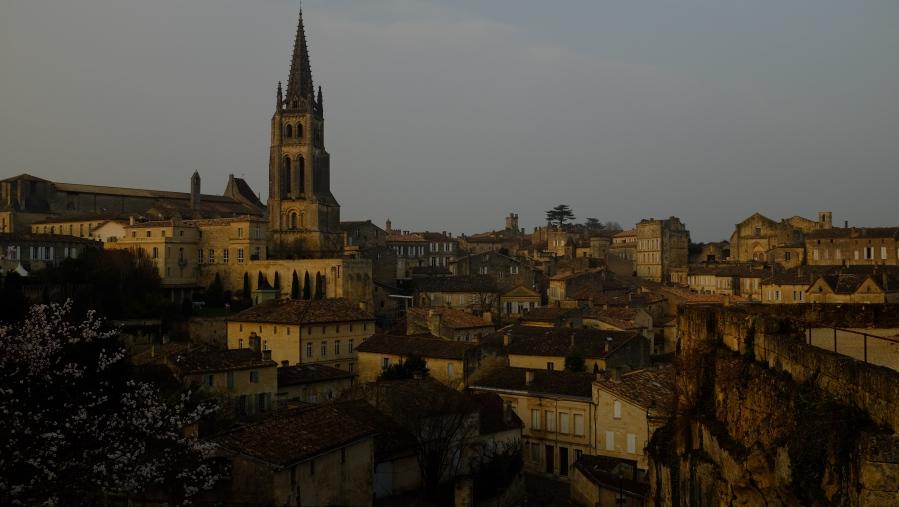 Sobre os telhados de Saint Emilion se destaca a torre da igreja, ao lado do Hotel Hostellerie de Plaisance