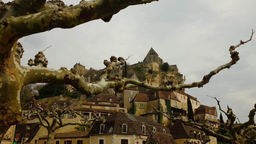 No alto, a igreja do castelo de Beynac-et-Cazec. A imagem de capa deste post é a mesma igreja vista de outro ângulo.