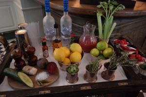 Esperando o Bloody Mary no bar do Bistrotheque, em Londres