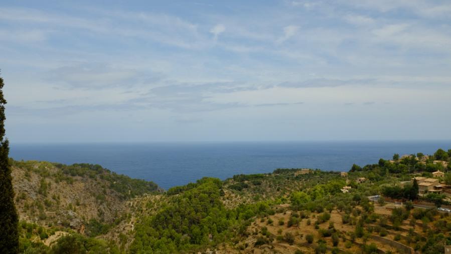 Ao fundo vista para o oceano e a praia de Deià, uma vila na Serra de Tramontana