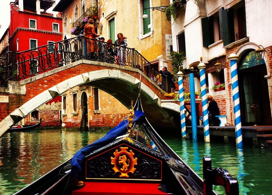 Passeio de gondola por Veneza é imperdível