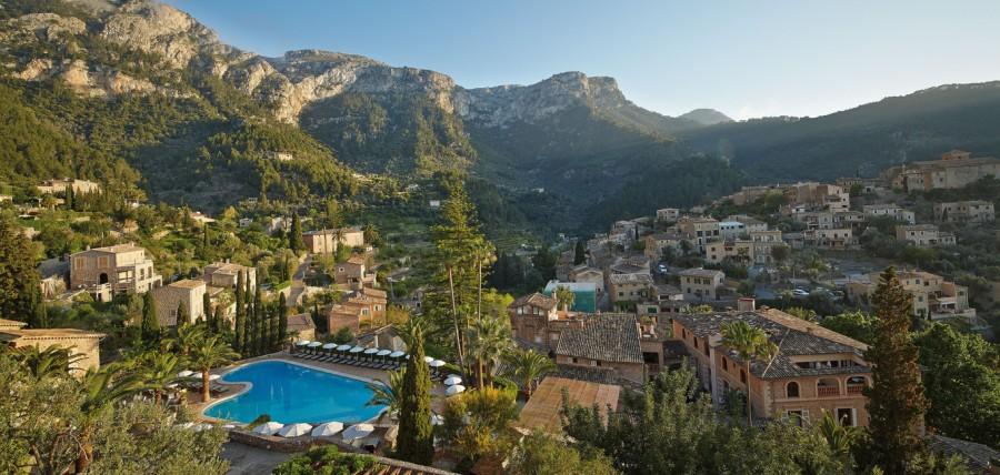 Vista da piscina do Belmond La Residencia e a cidade de Deià