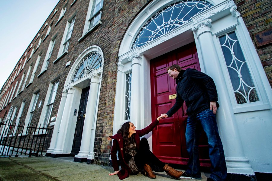 Casal em frente à uma das portas de Dublin. Foto: Léo Pinheiro.