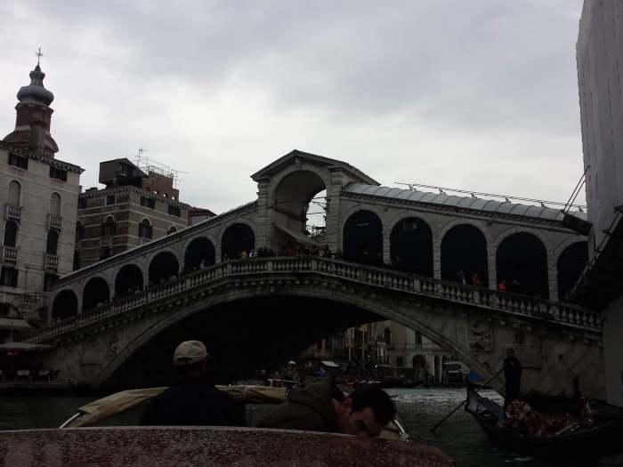 Ponte de Rialto, na chegada  em Veneza, de lancha compartida