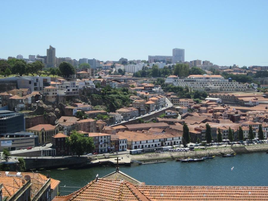 Vista de Vila Nova de Gaia desde o Porto. Na imagem se pode ver os telhados dos armazéns e o The Yeatman Hotel.