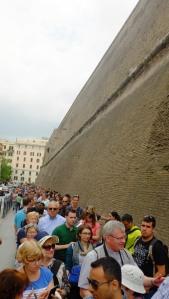 Fila para comprar ingresso para o Museu do Vaticano