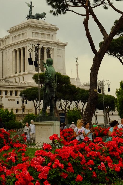 Piazza Venecia e uma ponta do Complesso dei Vittoriano ao fundo.