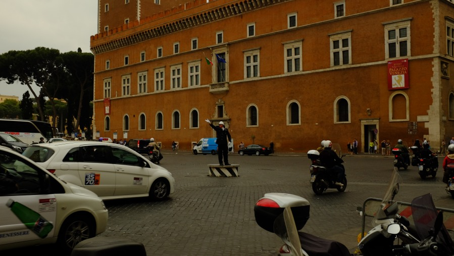 Guarda tenta colocar ordem no bagunçado trânsito de Roma