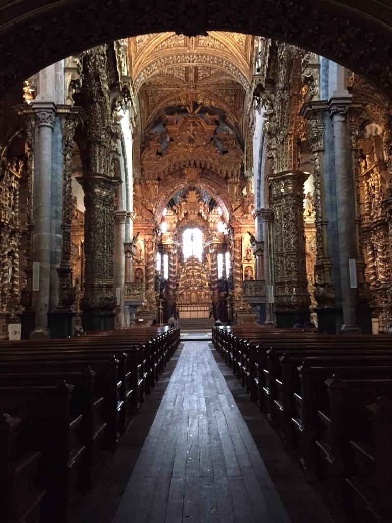 O esplendor do Interior da Igreja de S. Francisco no Porto, toda de ouro