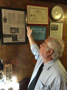 Dono do Gaveto mostrando as reportagens sobre o restaurante. Deu no NYT!