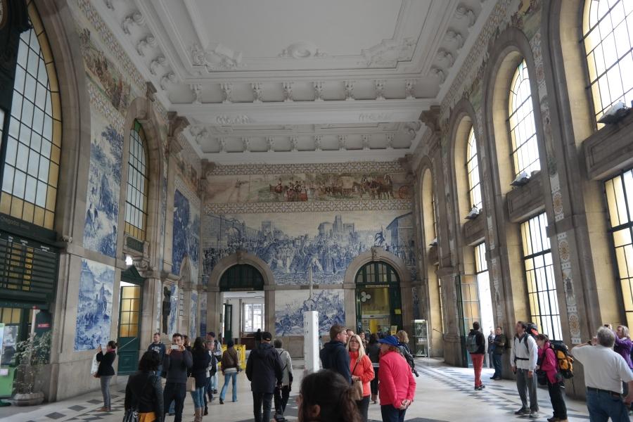 A estação de trem do Porto, a São Bento,é também conhecida pelos seus lindos painéis históricos de azulejos