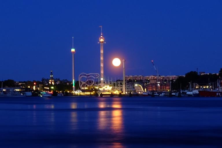 A lua começa a nascer e passa perpendicular à terra em Estocolmo. O sol se põe depois da meia-noite e às 3 da manhã já começa a nascer