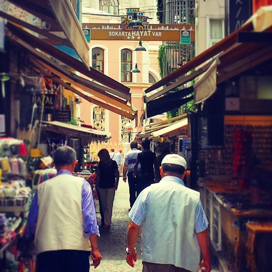 Além da bela mesquita, Ortaköy é um típico bairro à beira do Bósforos com feira de produtos locais, restaurantes e cafés